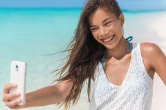Azjatycki kobiety zabawy plaży selfie na wakacje fotografia stock