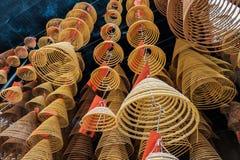 Azjatycki kurendy kadzidła palenia zrozumienie na poręczu w świątyni obraz stock