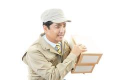 Azjatycki kurier dostarcza pakunek Fotografia Stock
