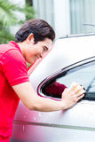 Azjatycki mężczyzna cleaning i płuczkowy samochód Obrazy Royalty Free