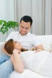 Azjatycki mężczyzna i jego ciężarna żona Zdjęcie Royalty Free