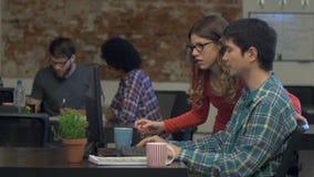 Azjatycki mężczyzna i kobieta dyskutuje biznesowego komputer stacjonarnego, ludzie biurowi zbiory wideo