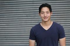 Azjatycki mężczyzna ono uśmiecha się z kopii przestrzenią Zdjęcie Royalty Free