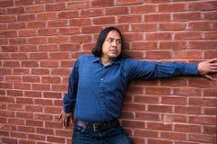 Azjatycki mężczyzna patrzeje okaleczający fotografia stock
