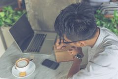 Azjatycki mężczyzna pisze notatkach w sklepie z kawą fotografia stock