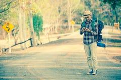 Azjatycki mężczyzna plecak w drodze Zdjęcia Stock