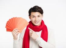 Azjatycki mężczyzna pokazuje czerwoną kopertę Obrazy Royalty Free