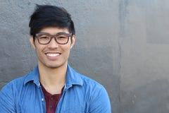 Azjatycki mężczyzna portreta ono Uśmiecha się Odizolowywam z kopii przestrzenią Obrazy Stock
