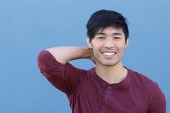Azjatycki mężczyzna portreta ono Uśmiecha się Odizolowywam z kopii przestrzenią Obraz Royalty Free