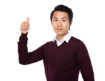 Azjatycki mężczyzna przedstawienie z kciukiem up Fotografia Royalty Free