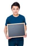 Azjatycki mężczyzna przedstawienie z pustym chalkboard Zdjęcia Stock