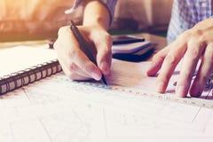 Azjatycki mężczyzna ręki rysunek na projekta papieru biurze w domu Zdjęcia Stock