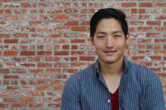 Azjatycki mężczyzna uśmiechnięty i śmia się z przestrzenią dla kopii lub teksta Zdjęcia Royalty Free