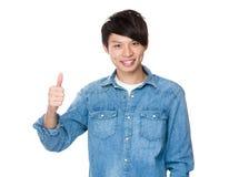 Azjatycki mężczyzna z kciukiem up Obraz Stock
