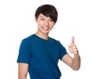 Azjatycki mężczyzna z kciukiem up gestykuluje Obrazy Royalty Free