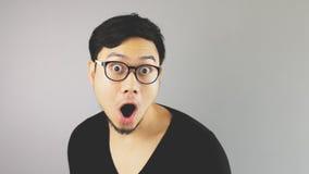 Azjatycki mężczyzna z popielatym tłem Zdjęcia Royalty Free