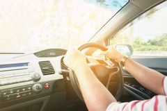Azjatycki mężczyzny jeżdżenie na drodze, rocznika filtrowego procesu styl obraz stock