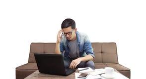 Azjatycki mężczyzny spęczenie przez problemu od pracy zdjęcie royalty free