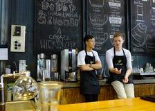 Azjatycki męski barista zdjęcie royalty free