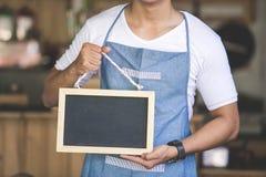 Azjatycki męski cukierniany właściciel z puste miejsce deską Obraz Stock