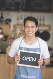 Azjatycki męski cukierniany właściciel z puste miejsce deską Zdjęcie Stock
