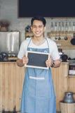Azjatycki męski cukierniany właściciel z puste miejsce deską Obraz Royalty Free