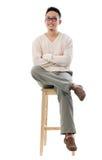Azjatycki męski obsiadanie na krześle Obrazy Royalty Free
