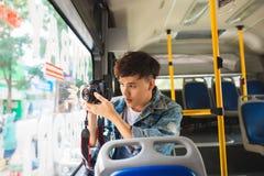 Azjatycki męski turysta bierze wideo miasto używa cyfrową kamerę Obrazy Stock