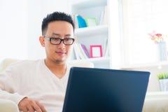 Azjatycki męski używa notatnik Zdjęcie Royalty Free