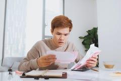 Azjatycki młodego człowieka liczenie używać kalkulatora i stresu w problemu Fotografia Royalty Free