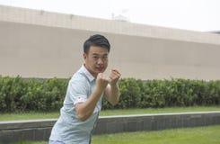 Azjatycki młodego człowieka pokazu chińczyk KongFu obrazy stock