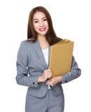 Azjatycki Młody bizneswomanu chwyt z falcówką zdjęcia royalty free