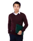 Azjatycki młody człowiek niesie z schowkiem Obrazy Stock
