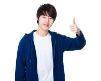 Azjatycki młody człowiek z kciukiem up gestykuluje Fotografia Stock