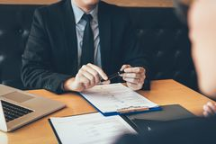 Azjatycki młody dorosły obsiadanie przy biurkiem przez od kierownika jest przeprowadzającym wywiad akcydensowym wywiadem w biznes obraz royalty free