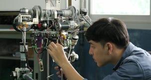 Azjatycki młody elektronika inżyniera budynek, naprawianie robotyka w laboratorium zbiory
