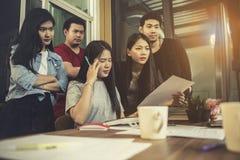 Azjatycki młody freelance drużynowy koncentrat na pracować projekt w c Fotografia Stock