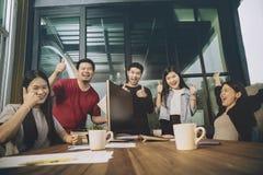 Azjatycki młody freelance pracy zespołowej szczęścia akcydensowy pomyślny emot Fotografia Stock