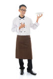 Azjatycki męski szef kuchni trzyma talerza Zdjęcie Stock