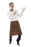 Azjatycki męski szef kuchni wskazuje pustego talerza Obrazy Royalty Free