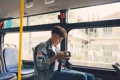 Azjatycki męski turysta fotografuje miasto od okno Obraz Stock