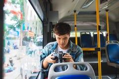 Azjatycki męski turysta fotografuje miasto od okno Obraz Royalty Free