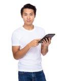 Azjatycki mężczyzna use pastylka Zdjęcia Royalty Free