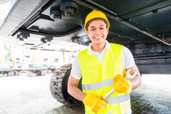 Azjatycki mechanika naprawiania budowy pojazd Obrazy Royalty Free
