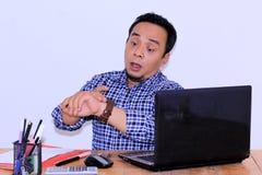 Azjatycki men& x27; gdy patrzeć zegarek póżno S wyrażenia forgeted lub uczęszczają spotkania obraz royalty free