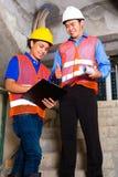 Azjatycki nadzorca i pracownik na placu budowy Obrazy Royalty Free