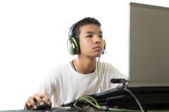 Azjatycki nastolatek używa komputer i słucha muzyka Obraz Stock