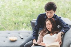 Azjatycki nastoletni pary relaxingtime siedzi opierać na kanapie w zdjęcia stock