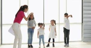 Azjatycki nauczyciela i uczni śpiewać piosenki zbiory wideo