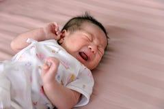 Azjatycki Nowonarodzony dziecko płacz zdjęcia stock